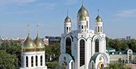 Собор Христа Спасителя (на заднем плане) и Церковь Петра и Февронии