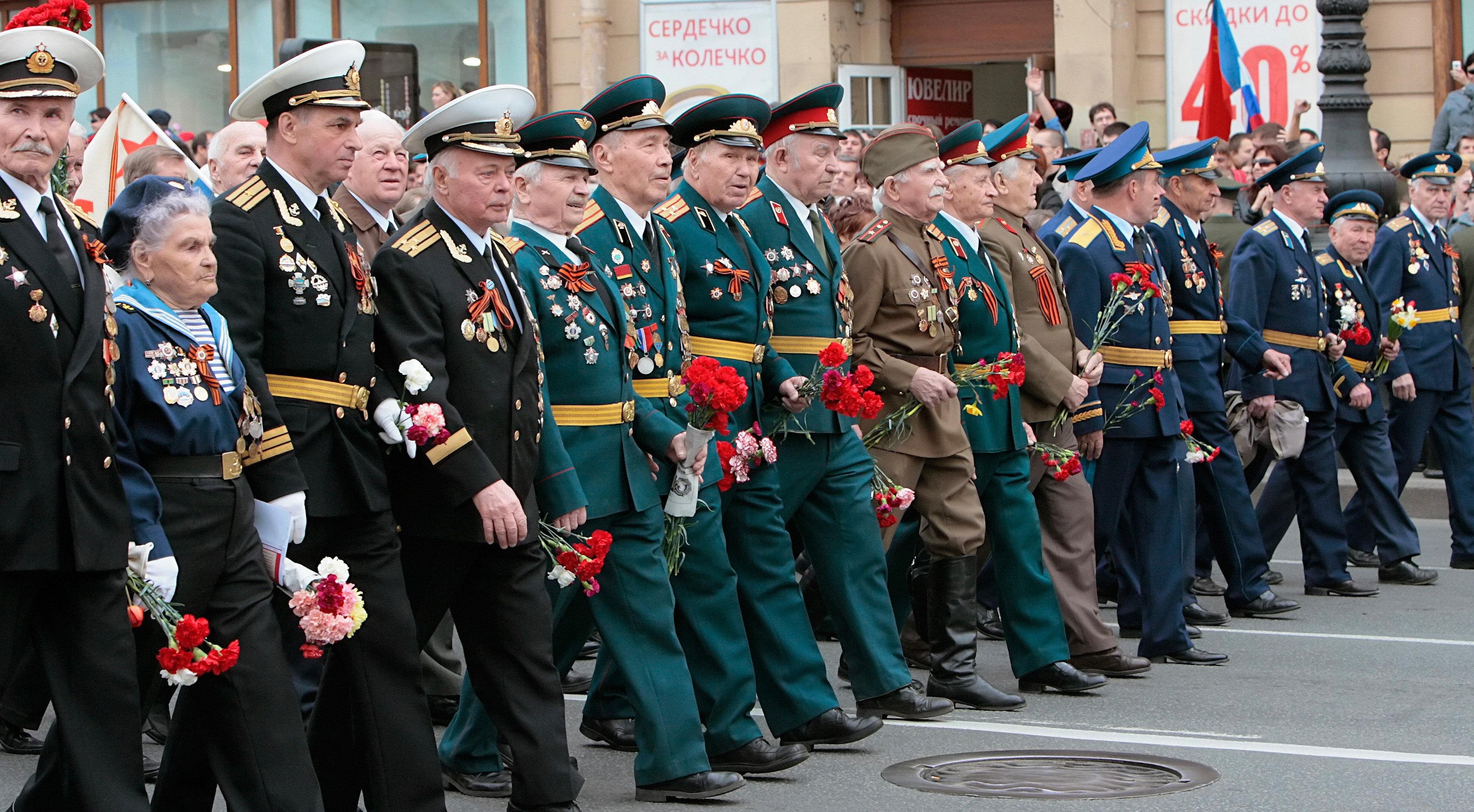 Марш ветеранов ВОВ на Невском проспекте в Санкт-Петербурге