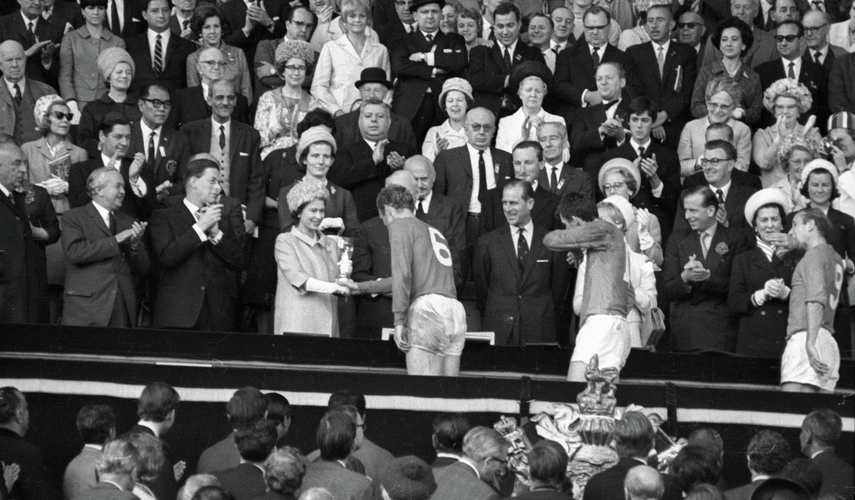 Королева Англии Елизавета II вручает приз VIII первенства мира по футболу Кубок Золотая богиня капитану английской сборной Роберту (Бобби) Муру