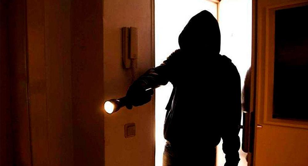 трое мужчин проникли в квартиру и ограбили хозяйку