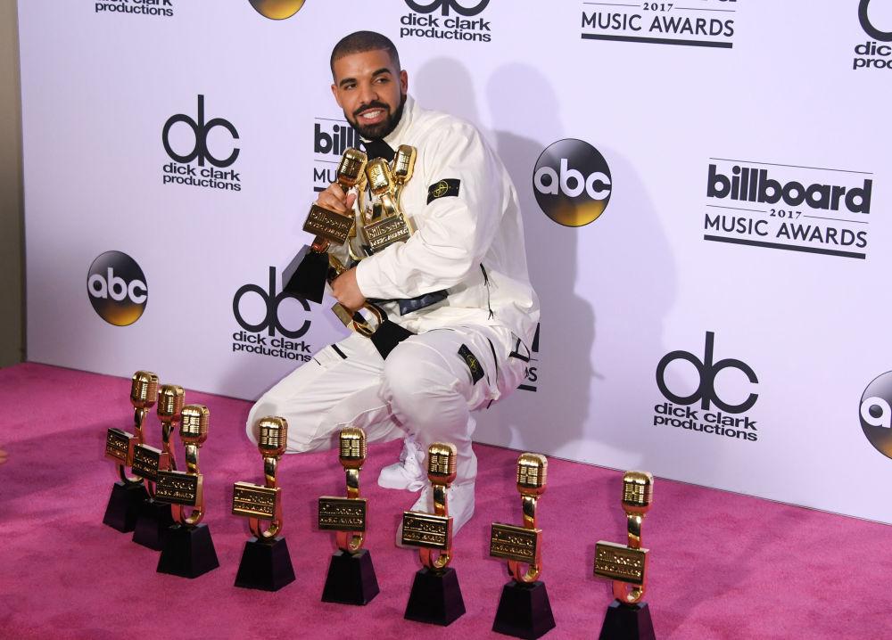 Рэпер Дрейк с наградами Billboard Music Awards