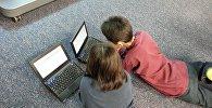 Дети за компьютером, фото из архива