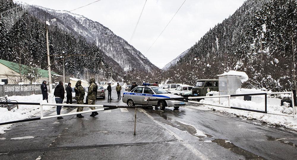 Из-за снега илавин закрыто движение поТранскавказской автодороги