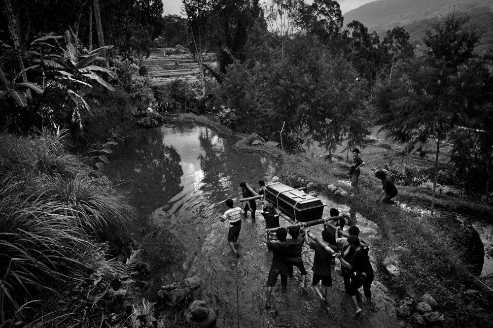 Снимок фотографа Alain Schroeder, в составе серии победивший в конкурсе Travel Photographer Of The Year 2017