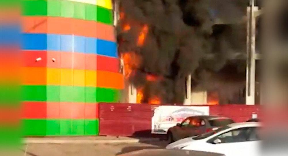 Около 400 человек эвакуировали из-за пожара в коммерческом центре воВладикавказе