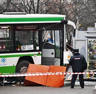 Автобус врезался в остановку на северо-западе Москвы