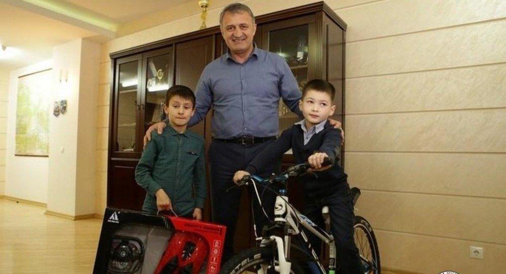 Бибилов исполнил новогодние желания воспитанников дома-интерната