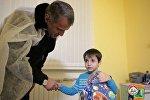 Президент Южной Осетии вручил подарки пациентам медучреждений