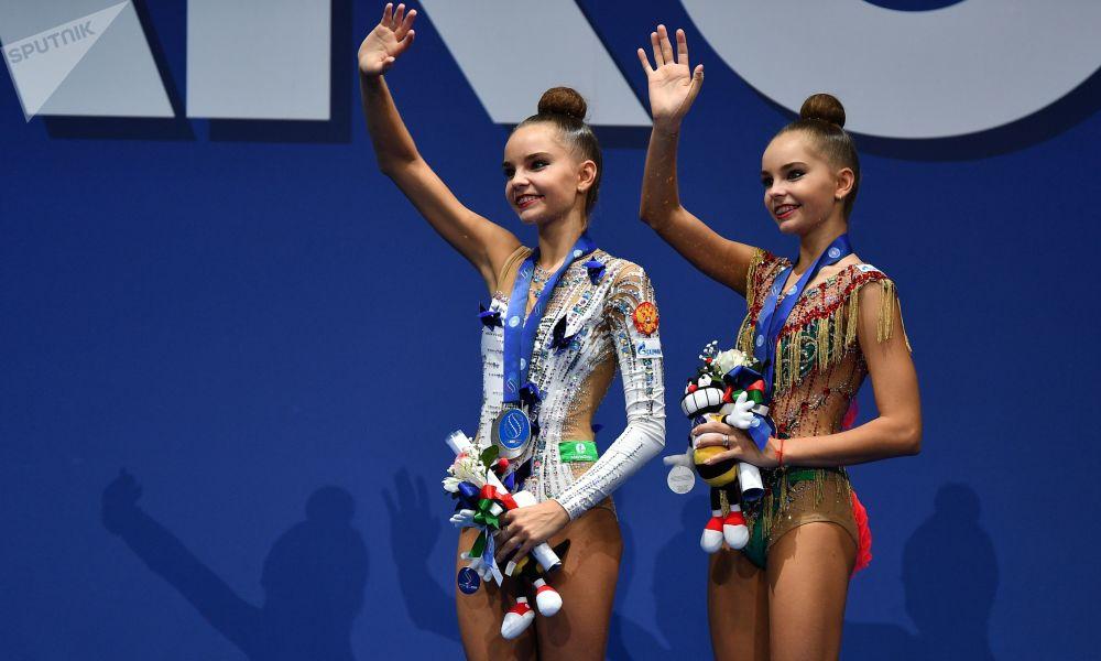 Гимнастки Дина и Арина Аверины (слева направо)