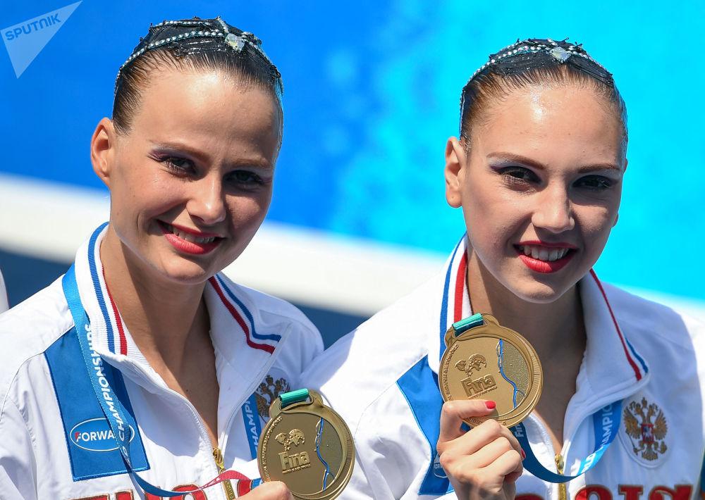 Синхронистки Александра Пацкевич (слева) и Светлана Колесниченко собирают не только медали высшей пробы на международных стартах, но и завоевывают сердца многих представителей сильного пола.