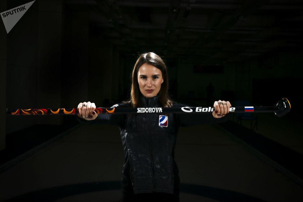 Лидер сборной России по керлингу Анна Сидорова гипнотизирует не только соперниц на льду, но и притягивает мужские взгляды.