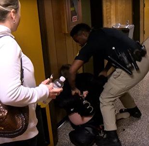 В США учительницу арестовали после жалобы на зарплату