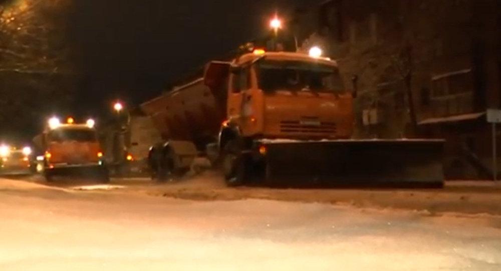 Последствия снегопада во Владикавказе начали устранять ночью