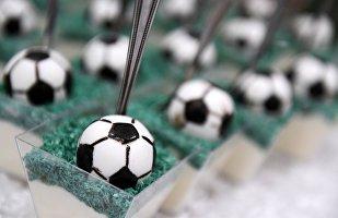 Пирожные в виде футбольных мячей на открытии центра выдачи паспортов болельщиков