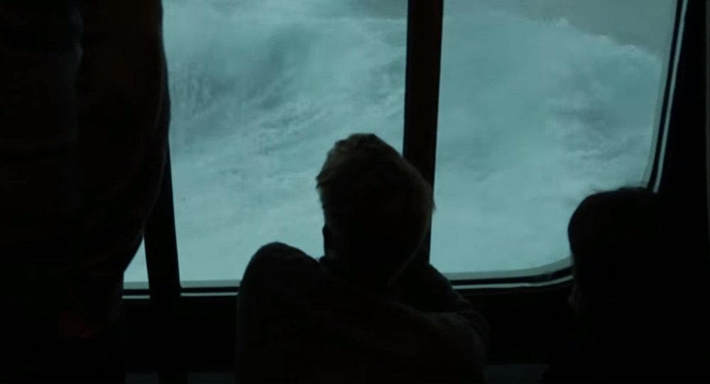 Циклон-бомба: пассажир лайнера опубликовал видео страшного шторма