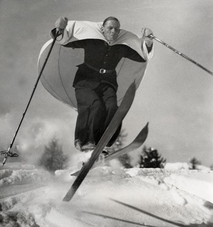 Лыжи и парус (скайсейлинг) — новый вид спорта, изобретенный в Австрии. Архивное фото