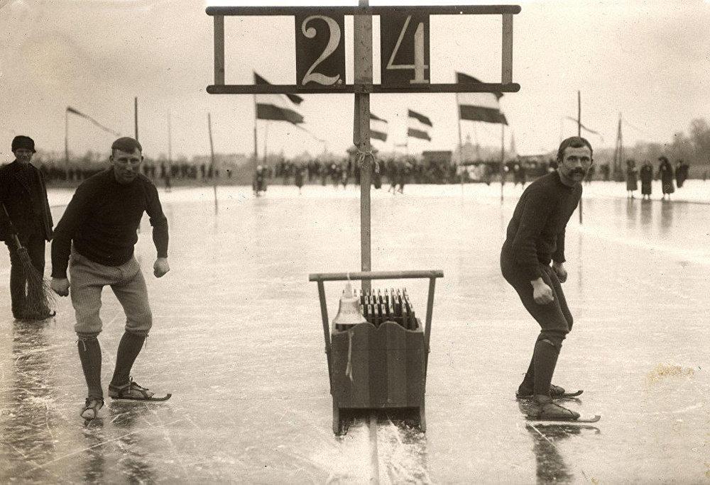 Голландские конькобежцы в Леэвардене (Нидерланды), 1914 год. Архивное фото