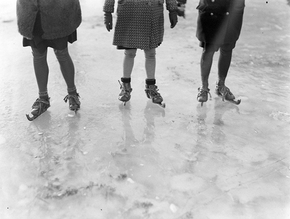 Девочки на коньках. Архивное фото