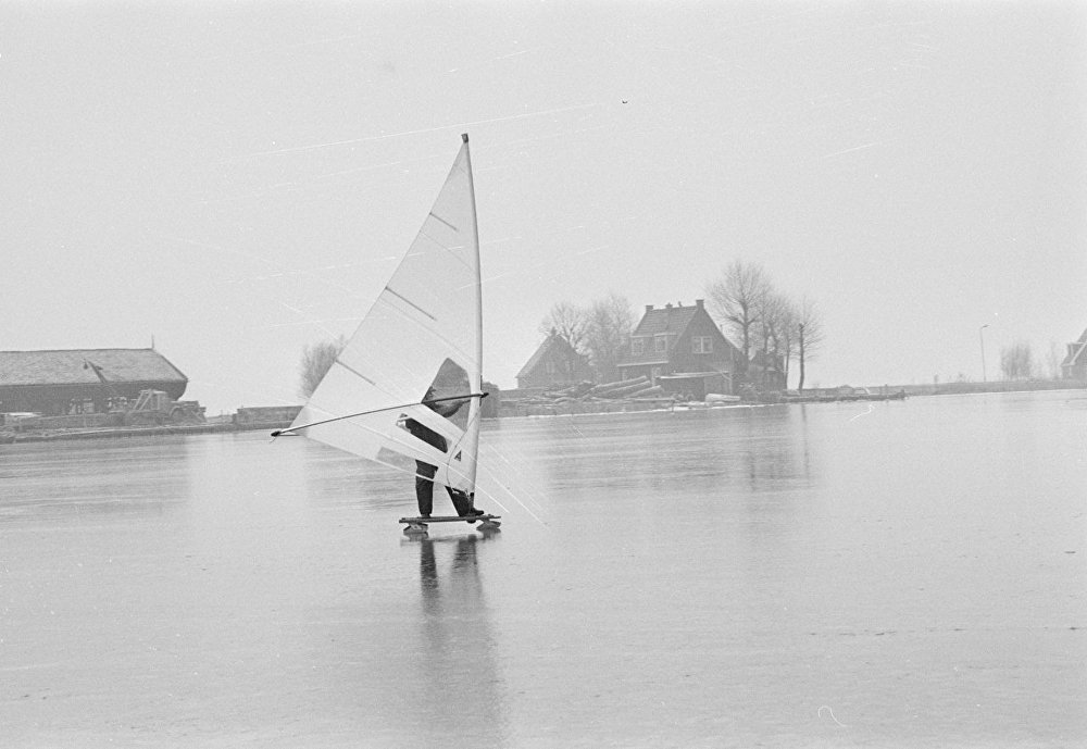 Катание под парусом по льду в Голландии. 1980 год. Архивное фото