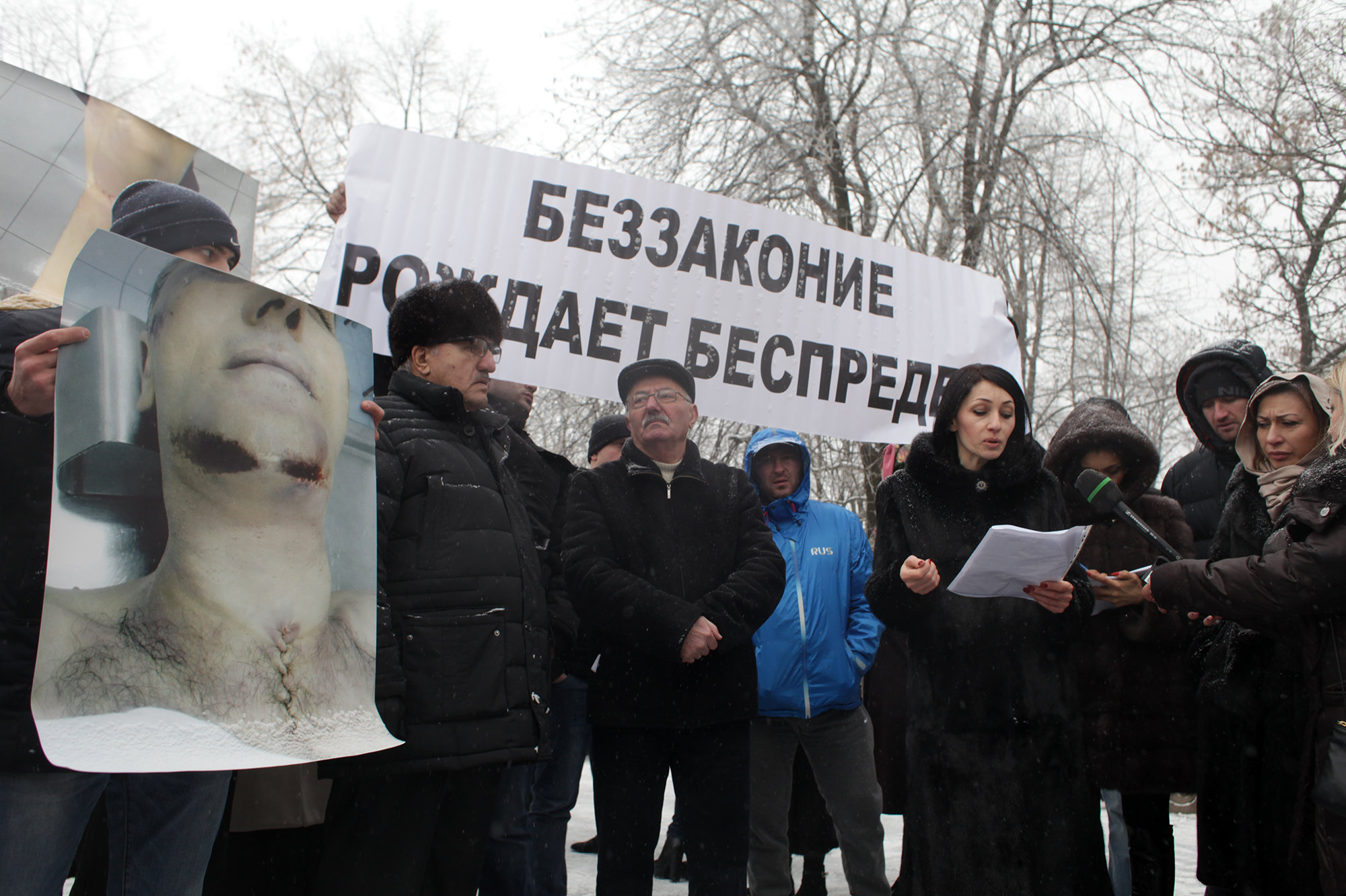 Земфира Цкаева (в центре), вдова Владимира Цкаева