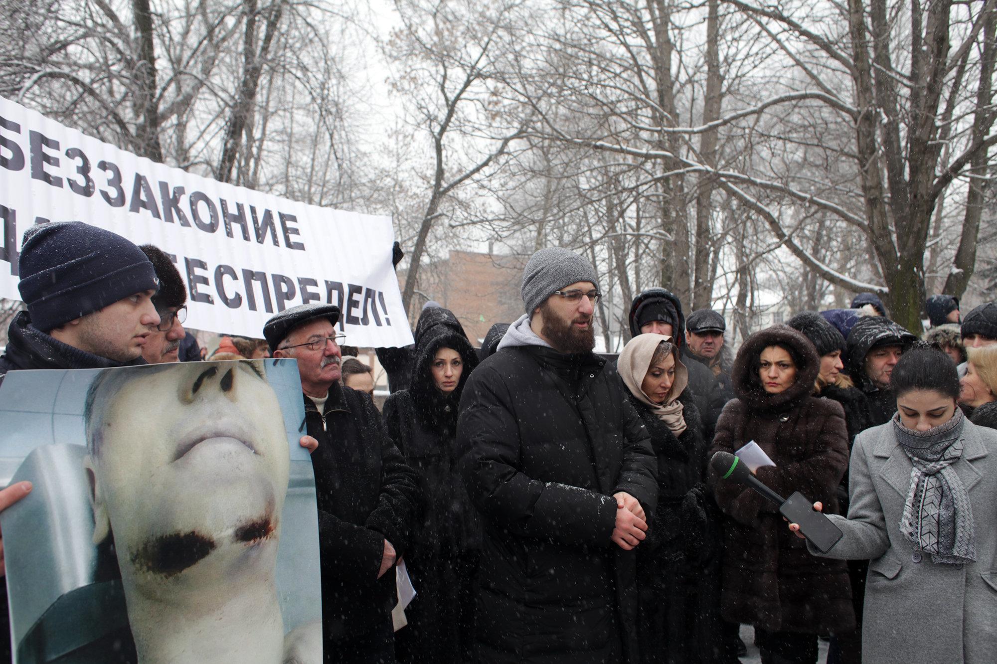 Блогер Алик Пухаев (в центре)