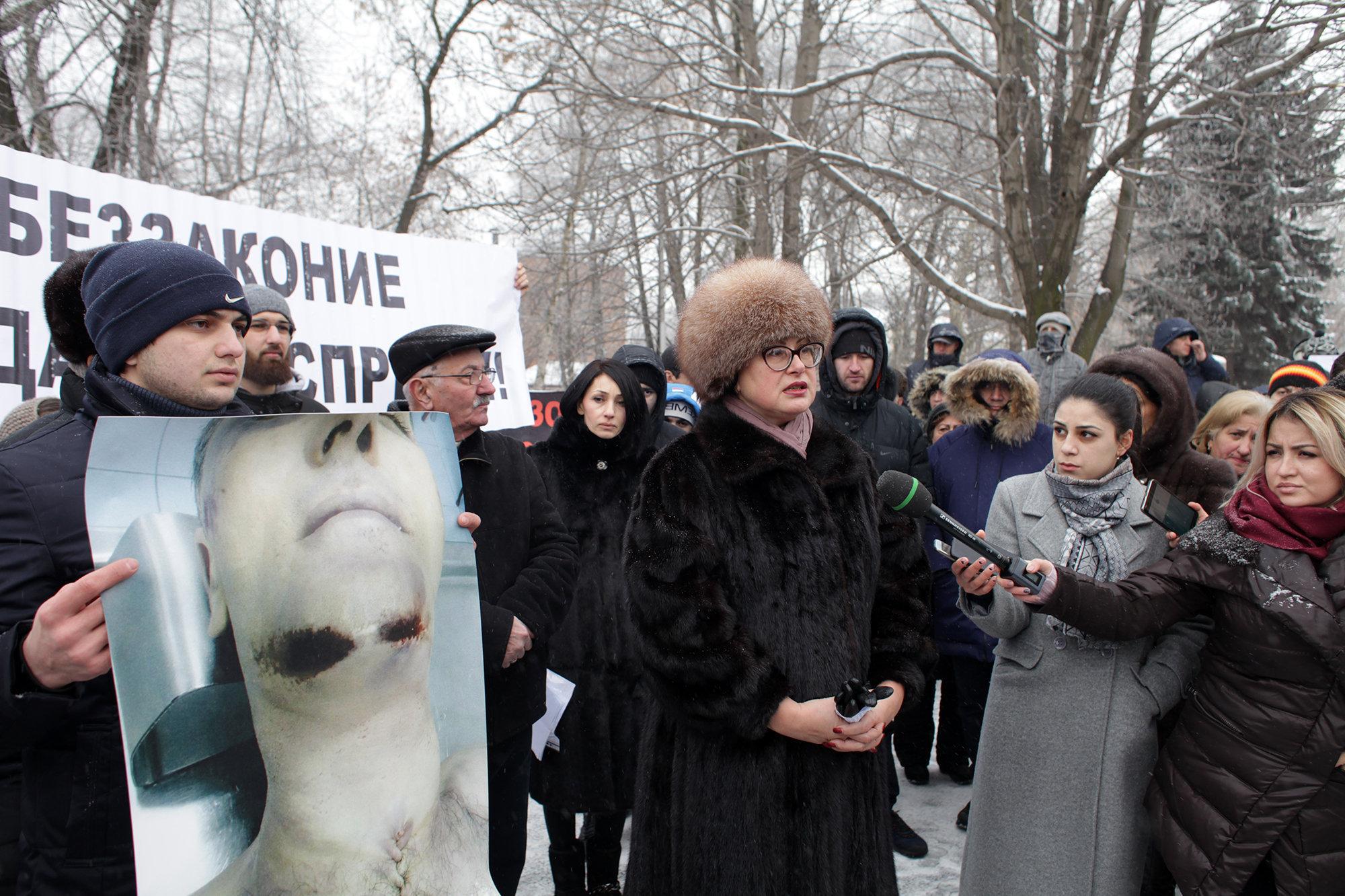 Анжела Сикоева (в центре), адвокат семьи Цкаевых
