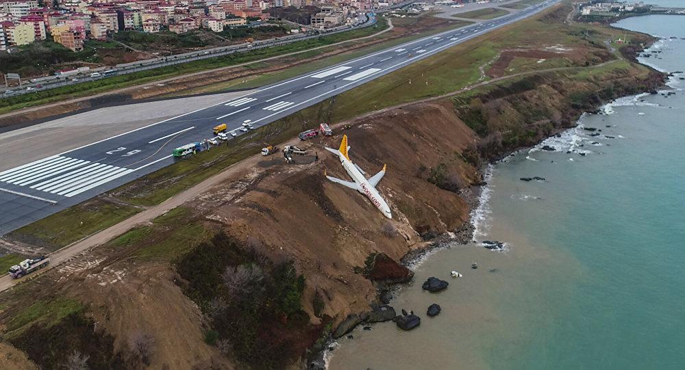 В Турции пассажирский самолет съехал с взлетно-посадочной полосы