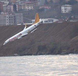 Пассажирский самолет в Турции застрял на склоне над морем. Кадры с места ЧП