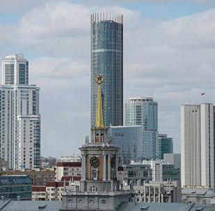 Башня городской ратуши, где располагается администрация Екатеринбурга. До революции здесь находился гостиный двор, работали купеческие конторы. Здание несколько раз перестраивалось: в 50-е годы ратуша получила шпиль по образцу московских высоток.