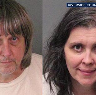 Скованные цепью: в Калифорнии арестовали супругов, державших взаперти 13 своих детей