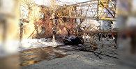 Башенный кран упал на жилой дом в Кирове