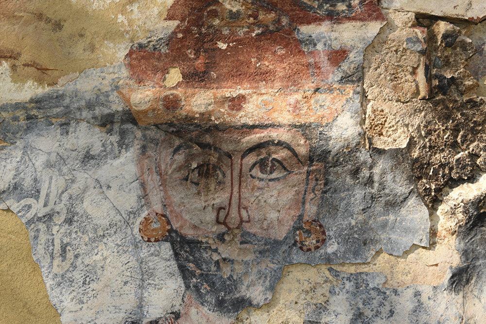 Росписи на стенах разрушенного храма в Знаурском районе