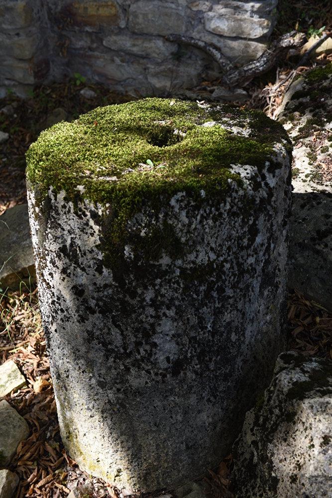 Колонна в разрушенном храме