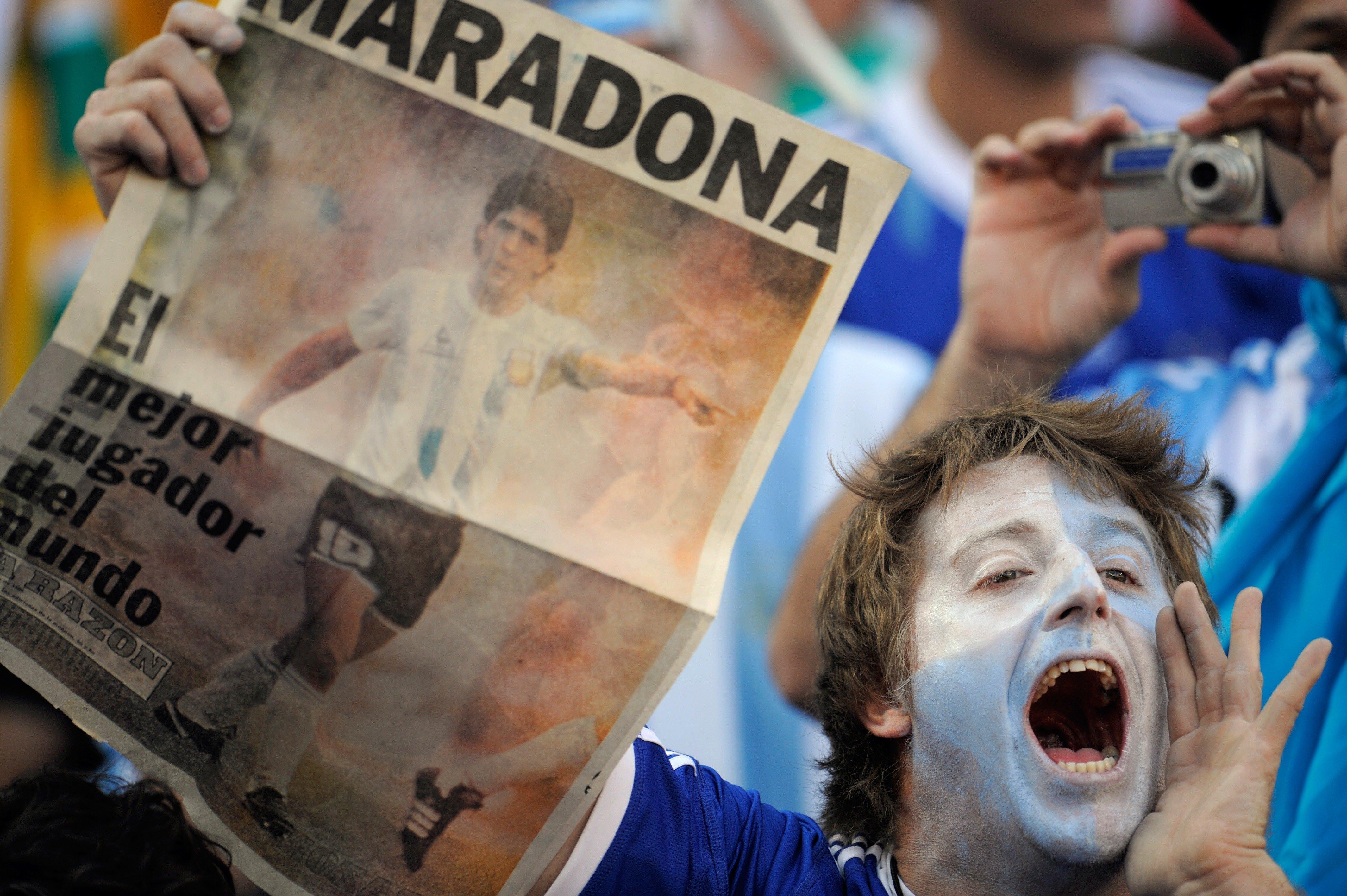 Аргентинские болельщики даже спустя годы боготворят своего кумира Диего Армандо Марадону.