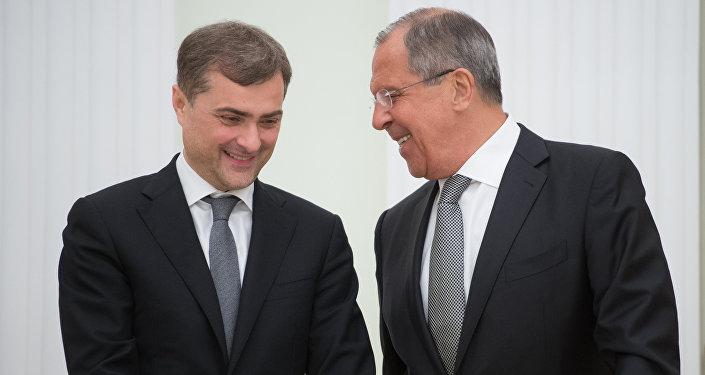 Министр иностранных дел РФ Сергей Лавров (справа) и помощник президента России Владислав Сурков