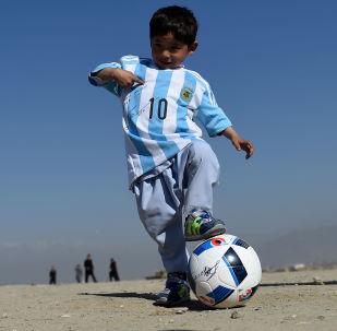 5-летний афганский мальчик Муртаза Ахмади с футбольным мячом