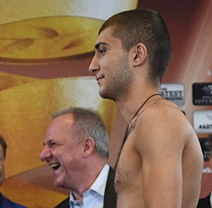 Узбекский боксер Абдурашид Примбердиев (слева) и осетинский боксер Алан Хугаев