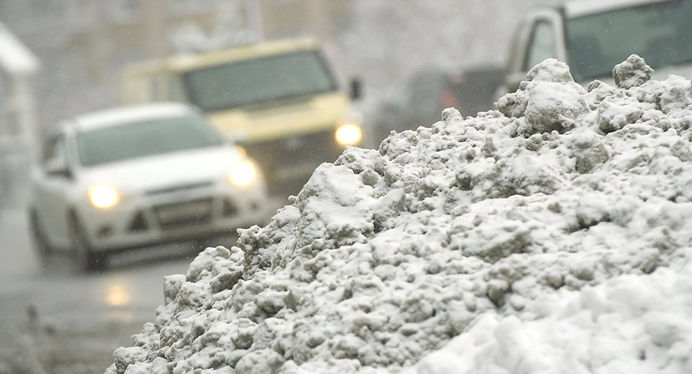Свирепая столичная зима: пассажиры вытолкали застрявший всугробе автобус