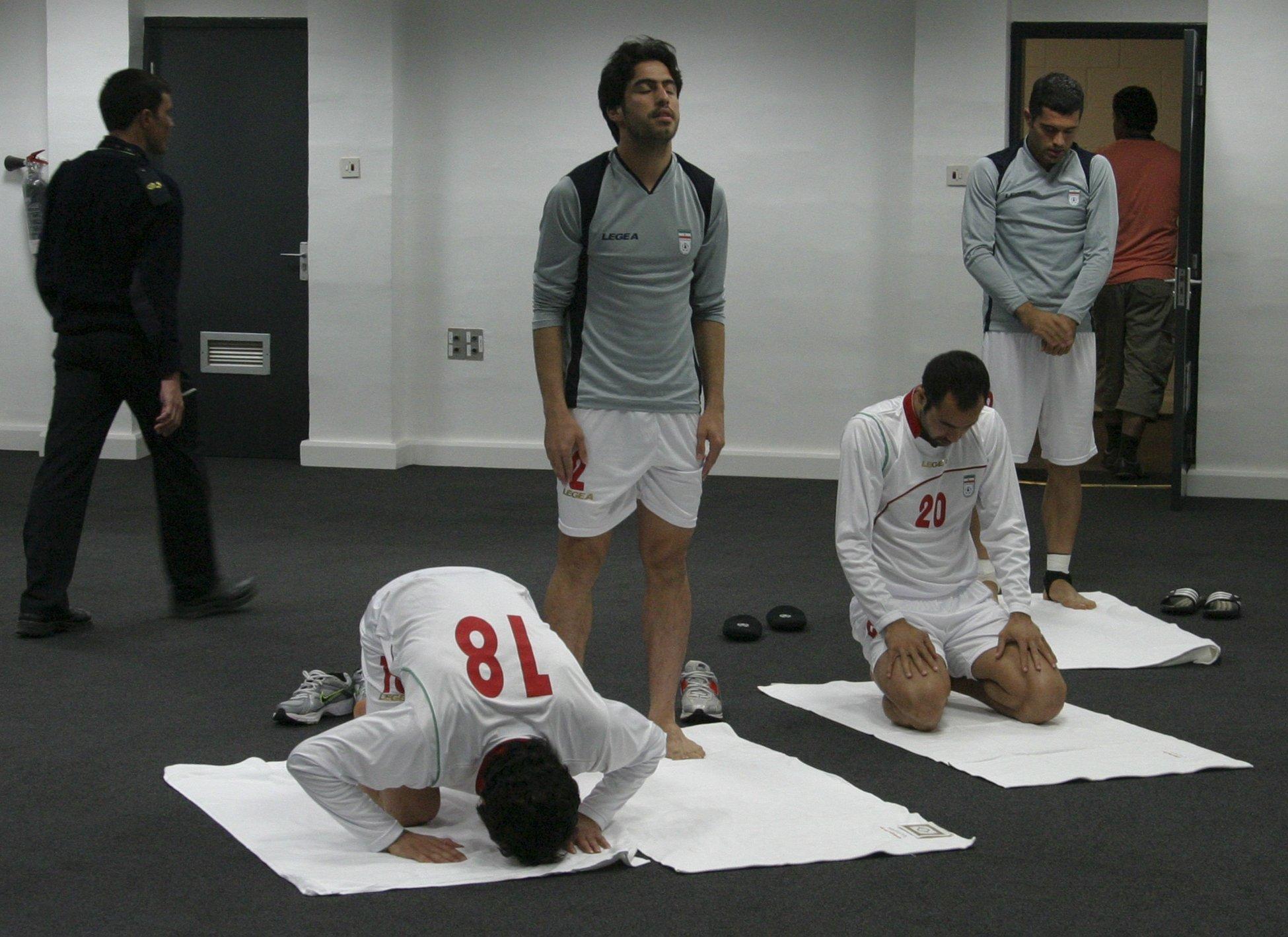 Иранские футболисты рассчитывают на собственные силы и помощь Всевышнего. 2011 год – товарищеский матч сборных России и Ирана.