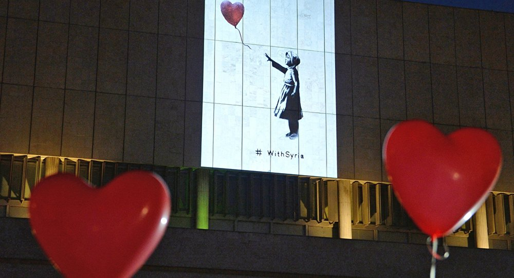 Инсталляция работ Бэнкси на стене Государственной Третьяковской галереи