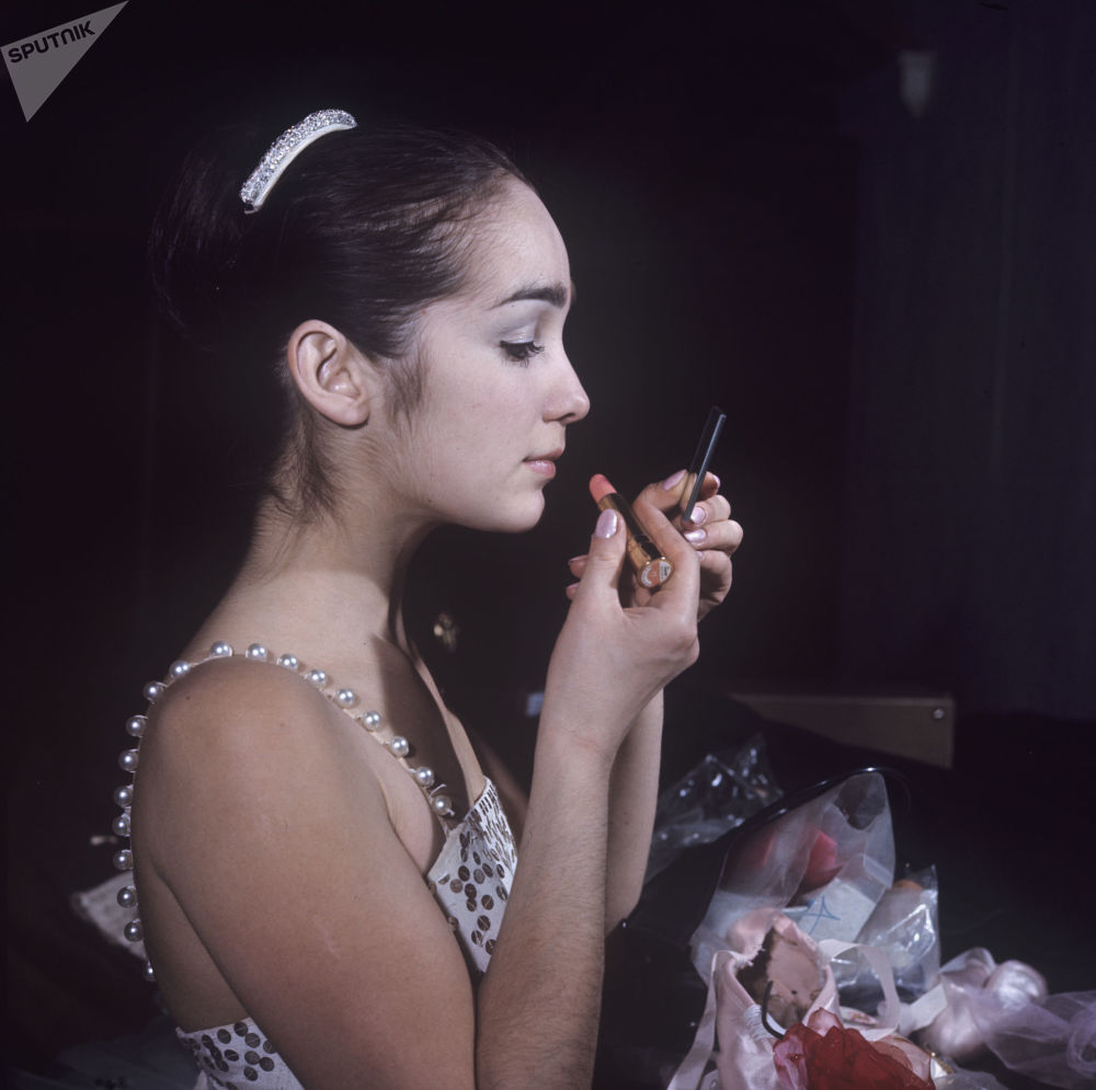 Балерина Гюзель Апанаева наносит макияж, 1970 год