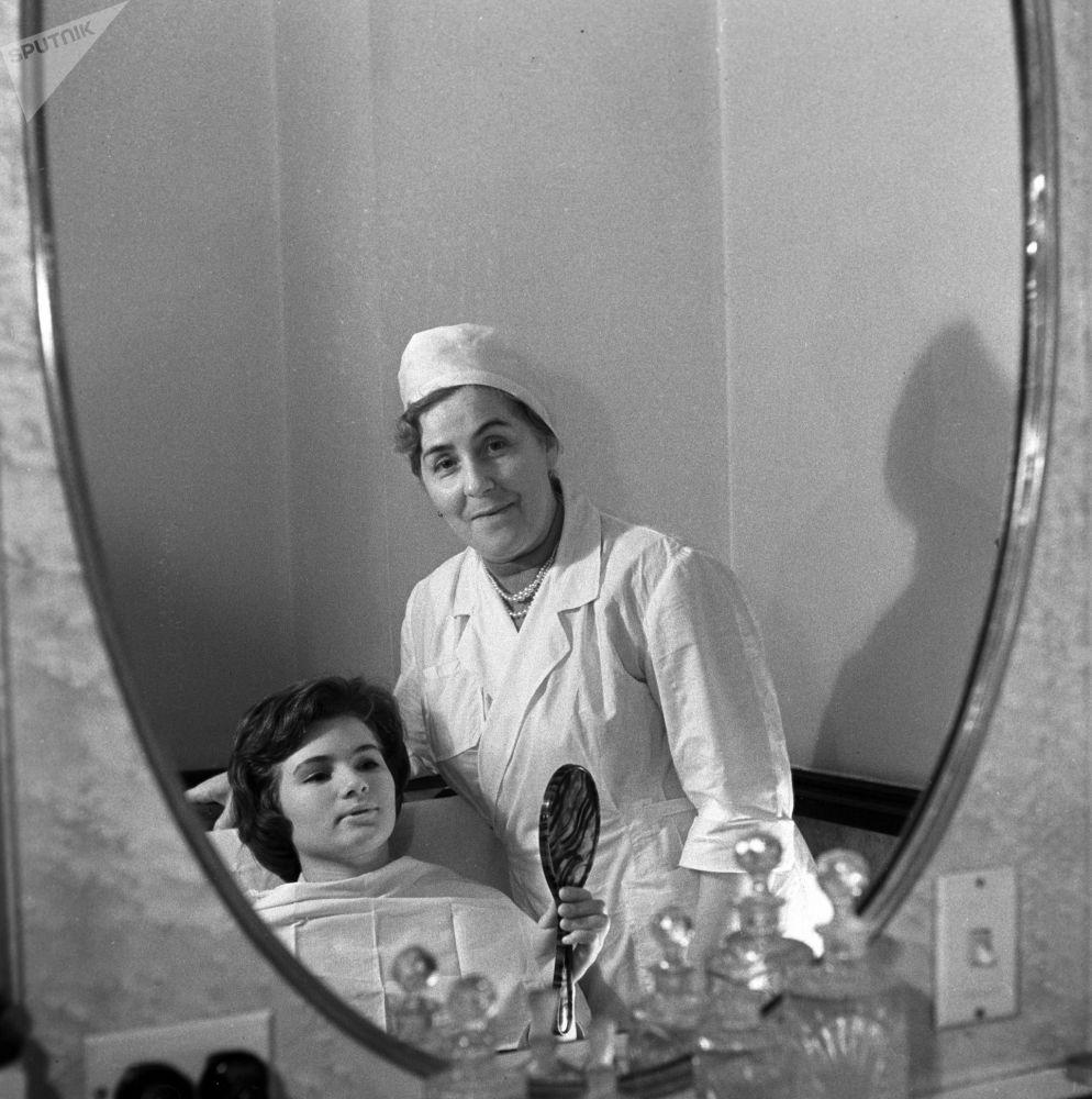 Салон-парикмахерская в гостинице Украина: мастер-косметолог и клиентка, 1963 год