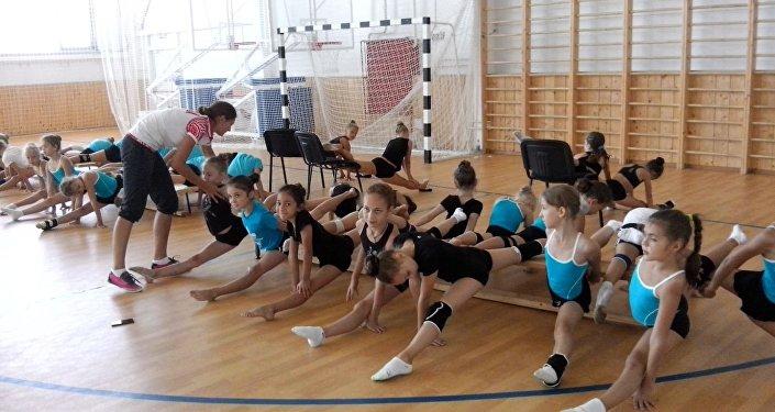 Тренировка в секции художественной гимнастики
