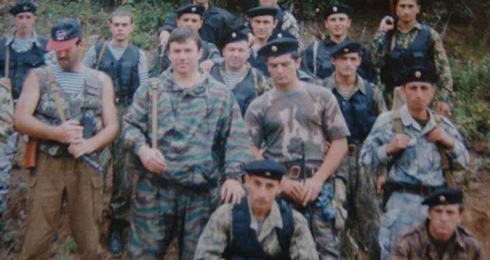 Алексей Чибиров (второй слева в среднем ряду) с бойцами ОМОН