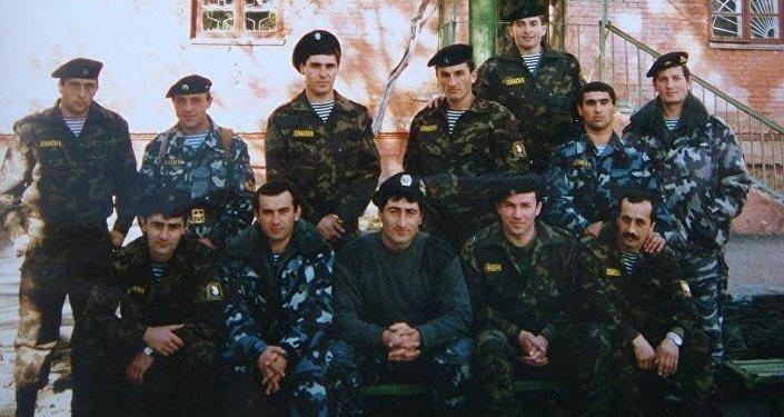 Алексей Чибиров (второй справа в нижнем ряду) с бойцами ОМОН
