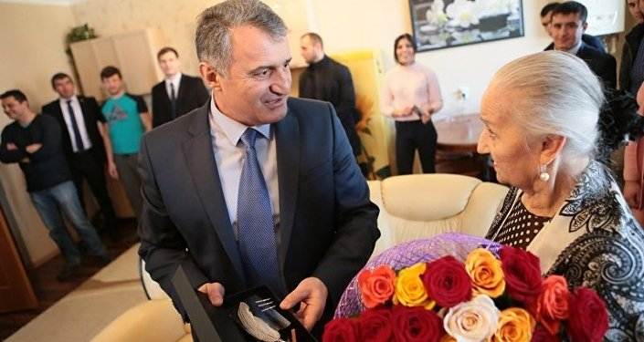 Анатолий Бибилов поздравил Людмилу Галаванову с Днем рождения