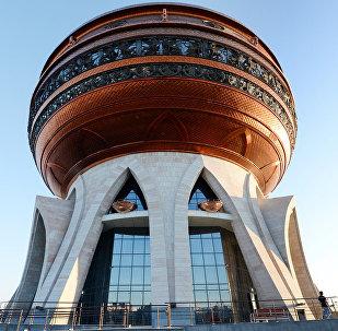 Центр семьи Казан – главный дворец бракосочетаний Татарстана. Возведен в 2013 году и выполнен в виде огромного котла-казана. На крыше расположена смотровая площадка