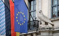 Флаги Баварии, Германии и Евросоюза на правительственном здании в преддверии проведения 54-й Мюнхенской конференции по вопросам безопасности