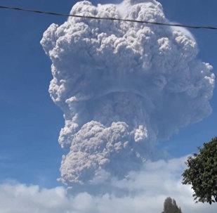 Пятикилометровый столб пепла: кадры извержения вулкана в Индонезии