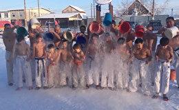 Якутские дети передали привет Ди Каприо, обливаясь водой на морозе